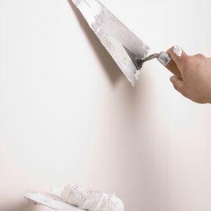 Wykonawcy mają do wyboru całe spektrum gładzi i mas szpachlowych przeznaczonych do wykańczania takich podłoży, jak ściany i sufity. Fot. FFiL Śnieżka