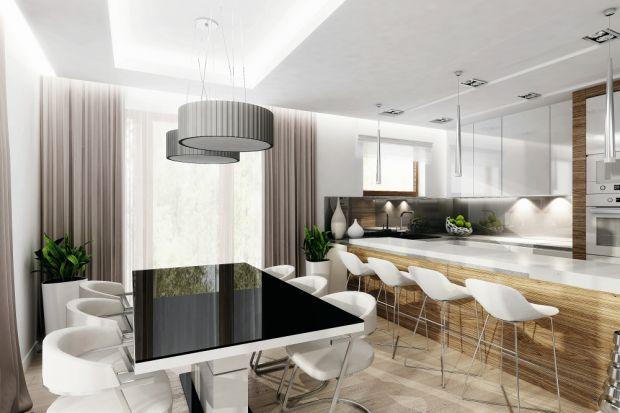 Centralnym punktem tego nowoczesnego domu jest strefa dzienna, w skład której wchodzą salon otwierający się na jadalnię oraz kuchnię. We wnętrzach dominuje styl minimalistyczny. Ściany, sufity i znaczna część mebli są w kolorze białym. Przyt