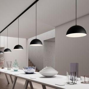 Osobom, które nie boją się eksperymentować, spodoba się połączenie szynowych lamp Monroe, które posiadają metalowy, lakierowany na czarno klosz - z kryształami. Fot. tomix.pl