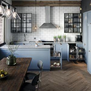 Biel, czerń i szarości to najpopularniejsze dziś kolory kuchennych aranżacji. Obecne na meblach i dodatkach wpisują się w różnorodne stylistyki. Fot. Rejs