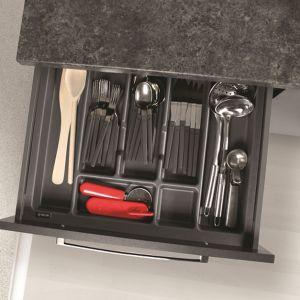 W ciemnym kolorze dostępne są nie tylko szuflady Slim Box, ale również przeznaczone do nich systemy organizacji wewnętrznej. Fot. Rejs