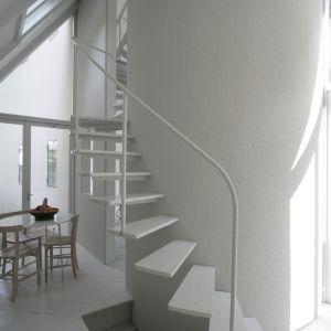 """Druga część budynku okala długą i wysoką bryłę w kształcie """"budki"""".To w tej okalającej strefie znajdują się kuchnia. Fot. Hideyuki Nakayama Architecture"""