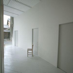W strefie wejściowej również dominuje biel. Fot. Hideyuki Nakayama Architecture