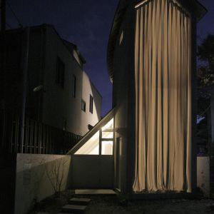 Na górze, w szczycie przybudówki przestrzeń została urządzona jak dom dla lalek. Jest ona otwarta i widoczna (od strony sąsiedniej ulicy). Fot. Hideyuki Nakayama Architecture