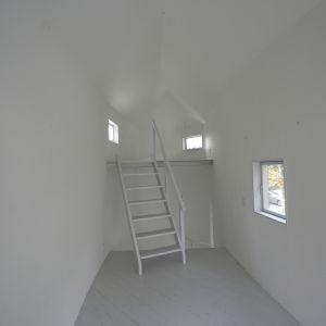 Wnętrze przybudówki jest idealnie białe i minimalistyczne. Fot. Hideyuki Nakayama Architecture