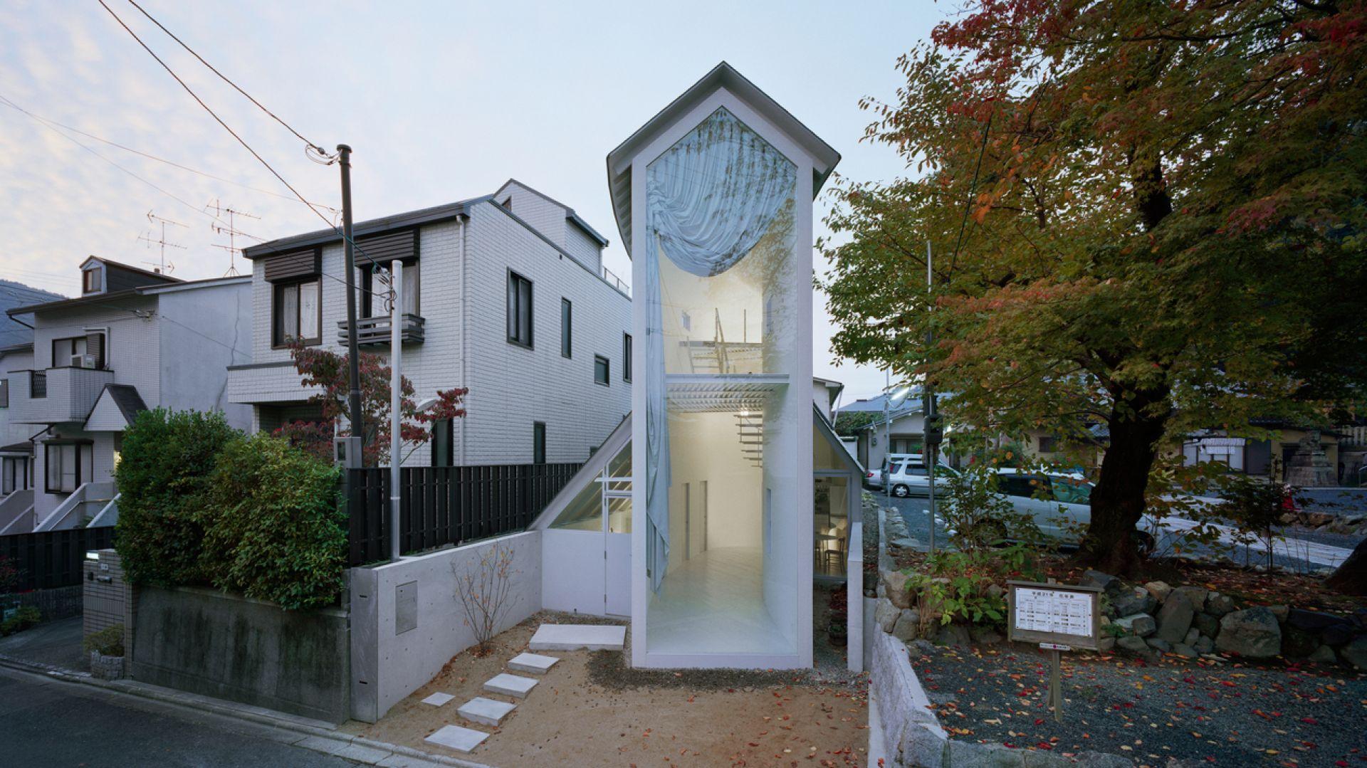 Ten dom bardzo zaskakuje. Pomimo małej powierzchni użytkowej wnętrza są urządzone funkcjonalnie. Dzięki czemu można w nim w miarę komfortowo mieszkać. Fot. Takumi Ota
