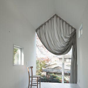 Charakterystyczną cechą domu jest ogromna zasłona. Fot. Takumi Ota