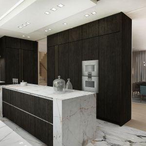 Pośrodku kuchni została ulokowana wyspa, która m.in. pełni funkcję baru do spożywania szybkich posiłków. Fot. Wyrzykowski Studio