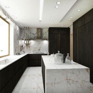 Posadzka i blaty kuchenne, podobnie jak podłoga w holu, zostały wykonane w białym marmurze z beżowo–brązowym użyłowaniem. Fot. Wyrzykowski Studio