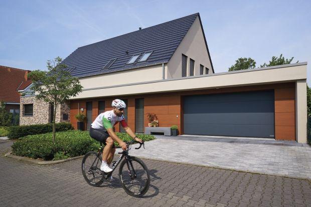 Większość osób budujących dom jednorodzinny planuje także budowę garażu. Takie rozwiązanie to zarówno dobre zabezpieczenie dla samochodu, jak i dodatkowa przestrzeń użytkowa – miejsce, gdzie możemy wygodnie przechowywać rowery czy narzędz