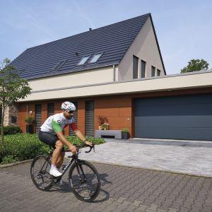 Energooszczędna brama garażowa LPU 67 Thermo to rozwiązanie dla inwestorów, którym zależy na utrzymaniu w garażu wyższej temperatury. Fot. Hörmann