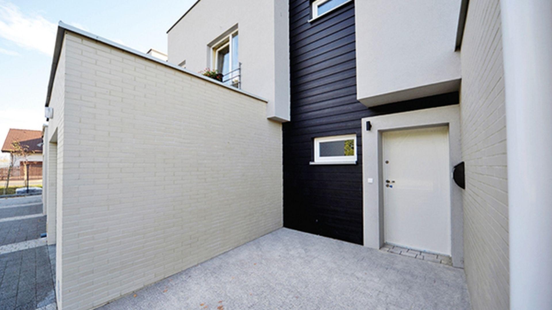 W nowoczesnych projektach elewacje są zazwyczaj odważniejsze. Jeśli chodzi o kolory – coraz więcej budynków powstaje z ciemnymi, wręcz czarnymi fasadami. Fot. Cedral