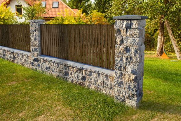 Zadaniem ogrodzenia - w najprostszych słowach - jest oddzielanie przestrzeni prywatnej od publicznej i zapewnienie tej pierwszej bezpieczeństwa i prywatności. Dotyczy to zresztą zarówno niepożądanych gości, jak i na przykład zabezpieczenia przed