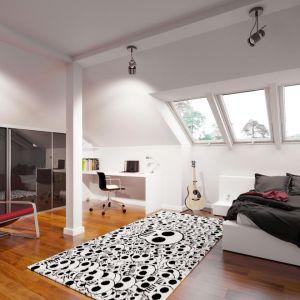 Sypialnia na poddaszu daje dużo możliwości aranżacyjnych. Skosy i słupy można praktycznie wykorzystać. Fot. Archetyp