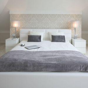 Kolorystyka w sypialni musi być dobrana indywidualnie, w taki sposób aby pozwalała nam na komfortowy wypoczynek. Proj. Karolina i Artur Urban. Fot. Bartosz Jarosz