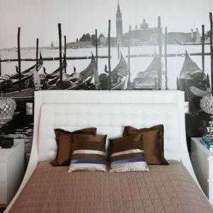 Fototapeta to jeden z lepszych pomysłów na ozdobę ściany za łóżkiem. Proj. Anna Maria Sokołowska. Fot. Bartosz Jarosz