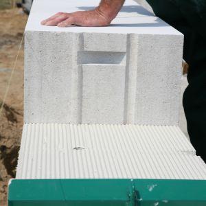 W przypadku ścian współczynnik przenikania ciepła U zależy zarówno od rodzaju materiału murowego i ociepleniowego, jak też od grubości poszczególnych warstw. Fot. H+H