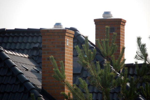 Ciąg kominowy to ruch spalin lub dymu od dołu komina, w kierunku jego wylotu. Powstaje on w wyniku różnicy gęstości ciepłego powietrza wewnątrz przewodu kominowego i chłodnego powietrza na zewnątrz. Im większa różnica tych temperatur, tym wi�