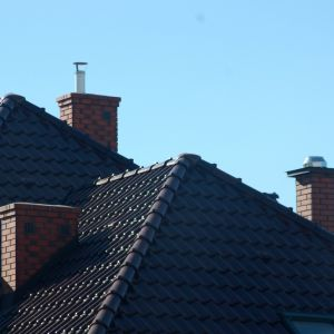 Słaby ciąg kominowy może być przyczyną zbyt małej średnicy komina w stosunku do urządzenia grzewczego. Fot. Jawar