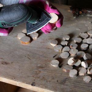 Krok 2 - Następnie tarczę tnącą zmieniamy na szlifierską  i szlifujemy plastry drewna. Fot. Bosch