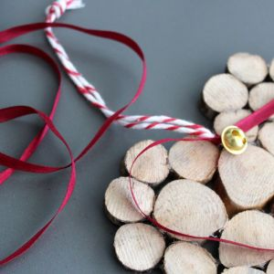 Krok 4 - Do tyłu dekoracji przyklejamy GluePenem kolorowy sznurek, który pozwoli nam zamontować nasze świąteczne drewniane serduszko na choince, pod żyrandolem czy na drzwiach wejściowych. Fot. Bosch