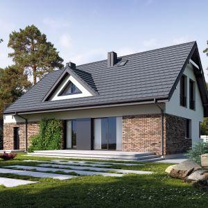 Prosta bryła domu przekryta dwuspadowym dachem oraz wykończona tynkiem i płytkami elewacyjnymi kryje w sobie niezwykle funkcjonalne i ciepłe wnętrze. Projekt: Markus. Fot. Archetyp