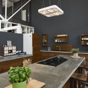 Lampa LED Qpar w formie kwadratu, z lekko zaokrąglonymi końcami. Wykonano ją z aluminium, a następnie pomalowano na biało. Fot. Tomix