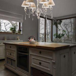 Żyrandol Provence posiada 6 źródeł światła. Jego minimalna wysokość wynosi 60 cm, natomiast maksymalna 155 cm. Fot. Tomix