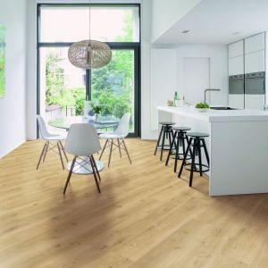 Ciekawą alternatywą wizualnie powiększającą przestrzeń jest instalacja paneli po przekątnej. Fot. Quck-Step