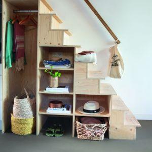 Miejsce pod schodami jest idealne do przechowywania różnych przedmiotów. Fot. Quck-Step