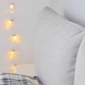 Dodatki w sypialni pełnią szczególną funkcję – pozwalają nam stworzyć nie tylko estetyczne miejsce, ale również naszą prywatną i intymną przestrzeń. Fot. Sisters About dla Comforteo