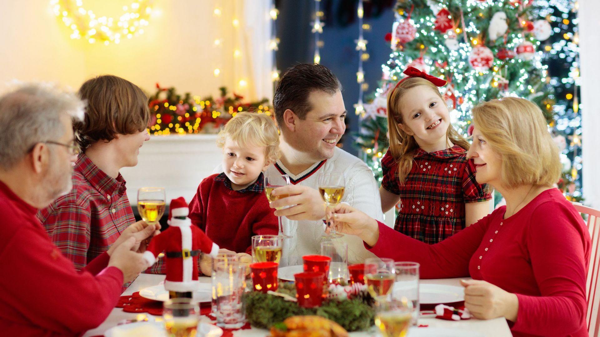 Wigilijny stół, przy którym gromadzą się rodzina i znajomi, to jeden z najważniejszych elementów Bożego Narodzenia. Fot. 123rf