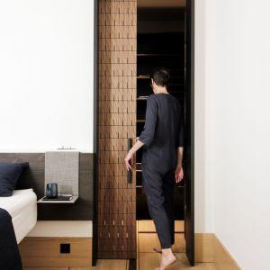 Czarne ościeżnice akcentują przejście między jedną przestrzenią, a drugą. Fot. Romain Bourdais