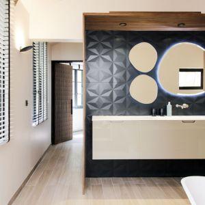 Wybór baterii dopełnia ten niepowtarzalny charakter łazienki. Diametro 35 Inox w betonowym wykończeniu od firmy Ritmonio, która dzięki swojemu naturalnemu kształtowi staje się unikalnym i oryginalnym elementem wzornictwa. Fot. Romain Bourdais