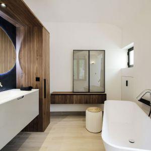 """Wyrafinowany i szykowny styl, odzwierciedla się również w aranżacji całej łazienki. Poszczególne  elementy i wyposażenie umieszczone zostało w w stylu """"en recto verso"""" sprawiają, że przestrzeń ta stanowi przyjazną dla użytkowników oazę spokoju. Fot. Romain Bourdais"""
