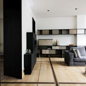 """Architekci ze studia Atelier Aurélie Rimbert pracowali nad projektem renowacji tego historycznego apartamentu """"Pas De La Mule"""" o powierzchni 150 mkw., położonego na paryskim Rive Droite. Fot. Romain Bourdais"""