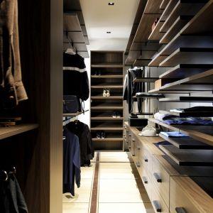 Przestrzeń garderoby dostępna jest przez perforowane drzwi przesuwne, które przepuszczają światło. Fot. Romain Bourdais