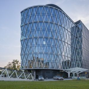 Fasada Villa Metro ma romboidalną formę, z którą koresponduje przebudowane przez inwestora wejście do metra Wilanowska.  Fot. Saint-Gobain
