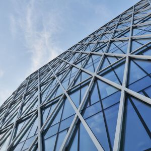 W biurowcu zastosowano wysokiej jakości materiały i nowoczesne systemy instalacji wewnętrznych, sterowane Systemem Zarządzania Budynkiem (BMS). Fot. Saint-Gobain