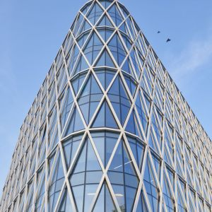 """. Jego znakiem rozpoznawczym stała się wykonana z aluminium struktura nałożona na całkowicie przeszklone fasady, która odzwierciedla rysunek liter VM (""""Villa Metro""""). Fot. Saint-Gobain"""