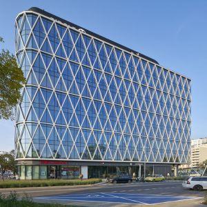 Budynek stanął na narożnej działce o niewielkich rozmiarach i nieregularnym kształcie. Fot. Saint-Gobain