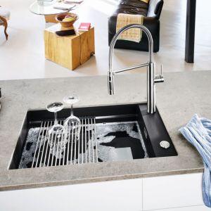 Do kuchni zawitały ciemniejsze kolory. Obecne są już nie tylko w dających przytulność drewnianych fornirach mebli czy naturalnych kamieniach, ale również w kuchennych urządzeniach. Fot. Franke