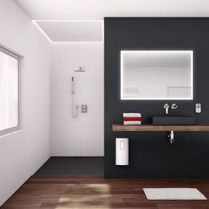 Decydując się na ogrzewacz pojemnościowy, jego pojemność należy dobierać mając na uwadze maksymalny pobór wody przez domowników. I tak np. trzyosobowa rodzina w mieszkaniu z jedną łazienką powinna wybrać podgrzewacz o pojemności co najmniej 80 l. Natomiast, gdy mamy dwie niezależne łazienki, lepiej wybrać model o pojemności ponad 100 l.  Fot. Stiebel Eltron