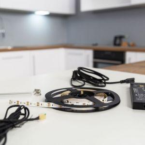 Do oświetlania miejsc do przechowywania różnorakich przedmiotów i ciemnych narożników doskonale nadaje się prostokątna oprawa akumulatorowa sterowana sensorowo. Fot. Loox LED
