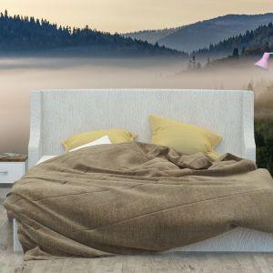Osoby, które chciałyby wprowadzić do swojej sypialni zapierające dech w piersiach widoki przyrody, mogą postawić na fototapetę 3D przedstawiającą góry pokryte lasem. Akcent tajemniczości i magii wprowadza do niej mgła, która spowija szczyty. Fot. Demural