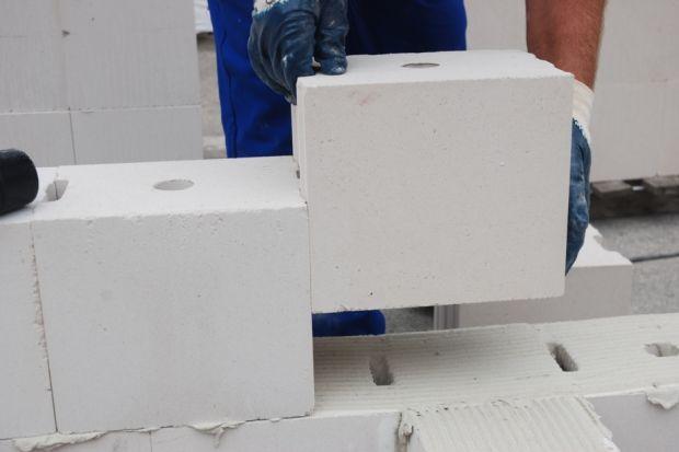 Dobierając odpowiednie materiały murowe i zaprawę oraz zachowując zasady sztuki budowlanej, prace murarskie można prowadzić niemal przez cały rok.