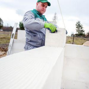 Nagły mróz czy goniące terminy powodują, że niekiedy prace budowlane trzeba kontynuować nawet zimą. Fot. H + H Polska