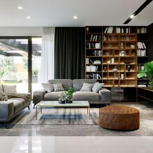Dwie wygodne sofy są idealnym miejscem na wspólny relaks. Fot. HomeKONCEPT