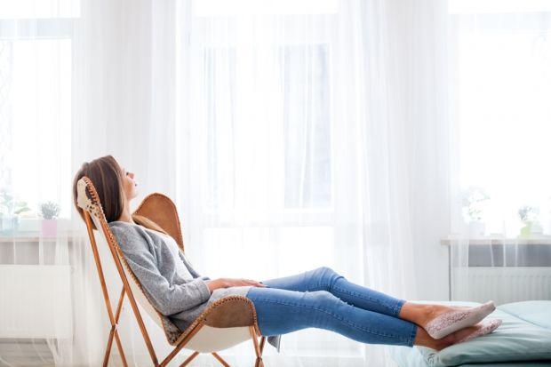 Często mylony z przesileniem zimowym czy słabszym okresem spadek formy i samopoczucia może być spowodowany wpływem zanieczyszczeń, które utrzymują się w naszych mieszkaniach. Pyły, roztocza i alergeny zbierają się w ubraniach, meblach i dekora