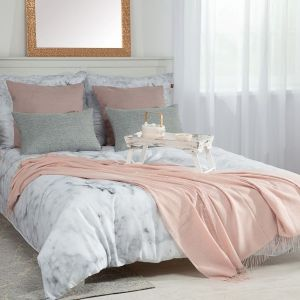 Poszewka Gabi, pled Marocco Light Pink, podnóżek okrągły z kolekcji Velvet. Fot. Dekoria.pl